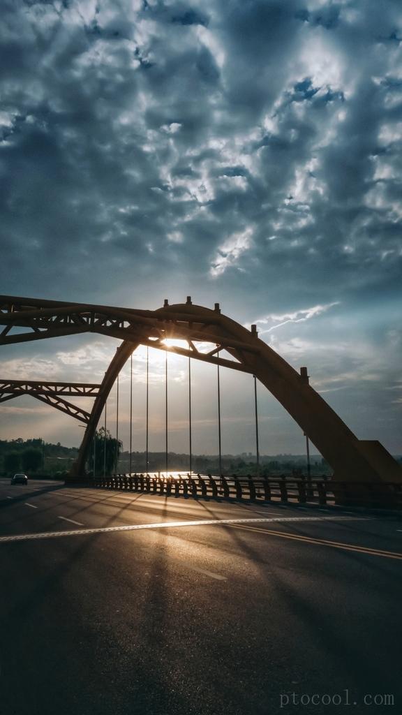 橙青色调的钢铁桥梁