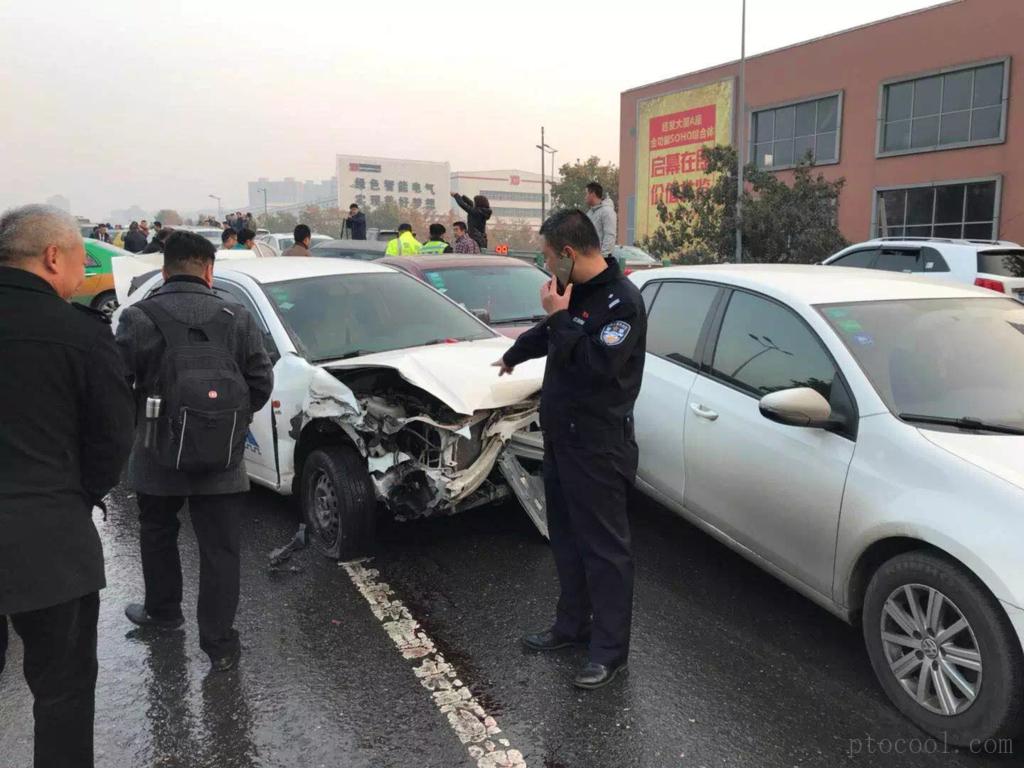 突发:西安市西二环发生多车连环追尾事故