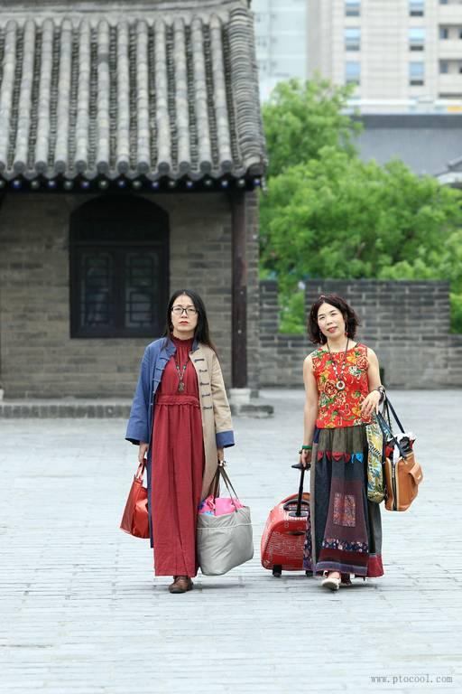 两个女裁缝师傅(服装均为自己设计缝制...